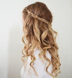 .cabelo levemente encaracolado nas pontas com uma trança fininha acima.