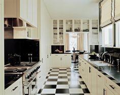 """Кухня """"классика"""" возрождение традиций и безупречная элегантность (фото) http://happymodern.ru/kuxnya-klassika-40-foto-bezuprechnaya-elegantnost/ Шахматный пол из строгих классических стилей перешел в модерн, а всевозможные его вариации популярны и ныне Смотри больше http://happymodern.ru/kuxnya-klassika-40-foto-bezuprechnaya-elegantnost/"""
