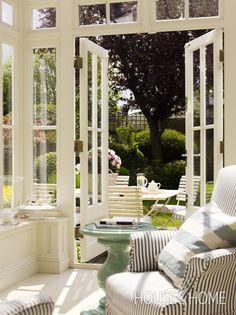 Conservatory | Photographer: Chris Tubbs | Designer: Colette van den Thillart | #sunroom #conservatory #london #englishgarden #gardening