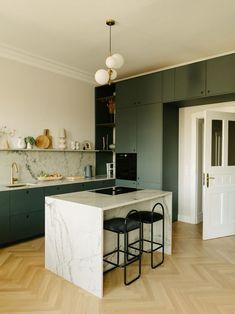 Salon Interior Design, Interior Design Kitchen, Open Plan Kitchen, Kitchen Dining, Küchen Design, House Design, Casa Milano, Green Kitchen, Cuisines Design