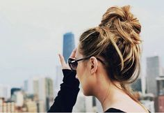 Want to learn how to do a messy bun? With only 5 steps, this tutorial will teach you how to get a chic messy bun in 10 minutes or less.