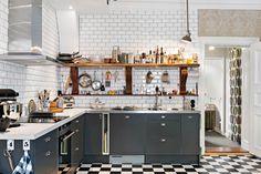 I vackert hus från 1884 finns denna välplanerade och synnerligen tilltalande sekelskiftstvåa med fina tidstypiska detaljer såsom höga fönster i djupa nischer, platsbyggd bokhylla, högt i tak och vackra takrosetter. Nybyggt fantastiskt kök med fransk...