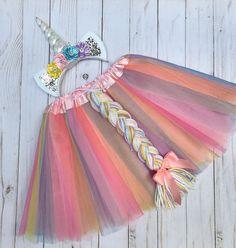 Paar dieser Einhorn Tutu, Schwanz und Stirnband mit eigenen Trikot oder Shirt und Leggings Anspruch dieses Einhorn-Kostüm! Diese Tutu besteht aus Schichten von Tüll in Pastellfarben mit einem passenden Schwanz fixiert, der Rock. Die Vorderseite ist Digital mit einem abnehmbaren