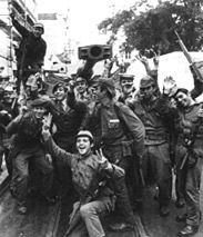 Eine Gruppe von lachenden portugiesischen Soldaten posiert 1974 für die Kamera und jubelt über die Befreiung vom Regime. (Rechte: picture-al...