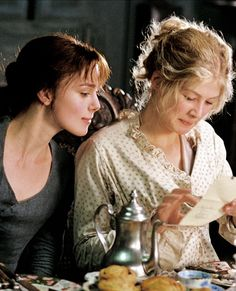Keira Knightley as Elizabeth and Rosamund Pike as Jane - 2005 Pride and Prejudice Pride And Prejudice Fanfiction, Pride And Prejudice Book, Mrs Bennet, Jane Austen Movies, Mr Darcy, Rosamund Pike, Keira Knightley, Classic Books, Actresses