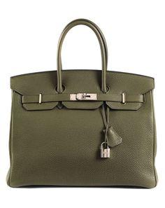 Ca. 25 x 35 x 18 cm. Togo Lederhandtasche in Olivgrün mit Palladiumbeschlägen. Innenraum aus Ziegenleder mit einem Reißverschluss- und einem Steckfach. Anbei...