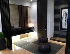 J214畳スペースリビングと一体感ある畳スペースは、格子で軽く間仕切りを。棚下を照らす間接照明とダウンライトで、落ち着き感を演出。  #リビング #ベッドルーム #子ども部屋 #キッズルーム #書斎 #和室 #ダイニングルーム #インテリア #コーディネート #家づくり #インテリアアテンダント