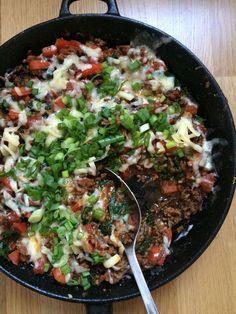 Mausteinen ja mehevä meksikolainen jauhelihapannu vaatii vain yhden astian, johon ruoka kypsennetään aineksia vuorotellen lisäämällä. Maukkaat ja... Healthy Cooking, Healthy Eating, Healthy Recipes, Tex Mex, Wine Recipes, Cooking Recipes, Salty Foods, Food Test, Fodmap Recipes