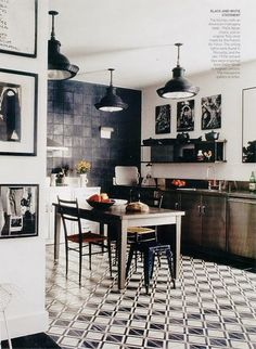 Black & white statement kitchen Cool Kitchens, White Kitchens, Beautiful Kitchens, Kitchen Black, Nice Kitchen, Stylish Kitchen, Buy Kitchen, Kitchen Ideas, Awesome Kitchen