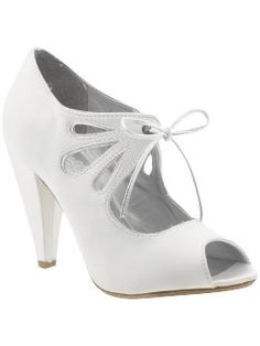 White, size 8 and 8.5, peep-toe.... this look is growing on me and this particular shoe is definitely comfortable