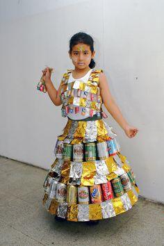 Vestido con latas de gaseosa