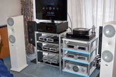 Der Plattenspieler Ist von Landmesser Audio, der LP1mit Faden-gelagertem Le Fil Tonarm. Die Lautsprecher sind Amphion Argo 7L für Paar 4000 Euro. Alle Elektronik stammt von B.M.C., auch der Server Pure Media (schwarz), den es ab 3600 Euro mit zwei TB Speicher gibt