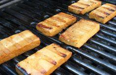 Aprenda a preparar tofu grelhado com esta excelente e fácil receita. O tofu é um alimento à base de soja que substitui a carne numa alimentação vegetariana. No...
