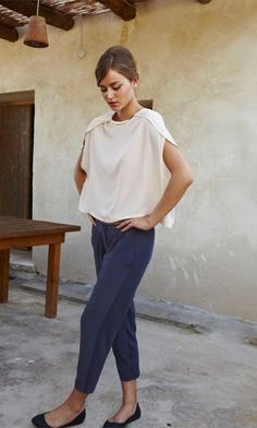 Pair a feminine top and flats with loose-fitting trousers for an easy, flirty, concerted outfit. Throw on a simple gold necklace and some funky earrings, and I& in love! Looks Style, Style Me, Black And White Outfit, Casual Chique, Casual Wear, Comfy Casual, Casual Outfits, Street Style, Look Chic