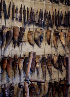 Museu Mercer e Biblioteca, localizado em Doylestown, estado da Pensilvânia, USA. Antigas ferramentas americanas em exposição no museu.  Fotografia: Michelle Enemark.   http://www.atlasobscura.com/places/fonthill