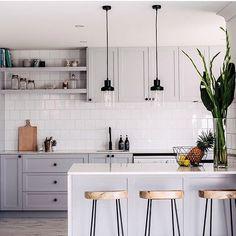 Cozinha •• armários cinza claro com metais e puxadores pretos ✨ amo essa…