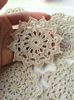 Flor croche motivo clean Flower crochet motif clean for you to share with friends who like to be inspired. Crochet Motif Patterns, Crochet Mandala, Crochet Squares, Crochet Granny, Crochet Designs, Crochet Doilies, Crochet Flowers, Crochet Stitches, Crochet Tablecloth