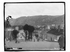 Skøiens katalog: Holbergsalminding. Påskrift negativ: 639. Holbergsalmening, Bergen. Foto. Marthinius Skøien - National Library of Norway