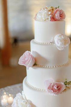 A decoração do bolo com pérolas, de verdade ou de biscuit, é uma alternativa delicada de dar personalidade a bolos simples e sem textura.