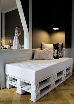 There are unlimited kind of pallets furniture ideas, many amazing looking furniture made out of wood pallets, most famous one is pallets coffee table for indoor or outdoor placements. Here are some cute looking of wood pallets furniture ideas and designs… Pallet Daybed, Diy Daybed, Pallet Furniture, Pallet Seating, Outdoor Furniture, Painted Furniture, Pallett Bed, Diy Sofa, Modern Furniture