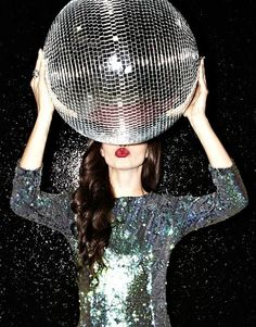 Glittery dress and disco-ball: let's sparkle this night girl! Bling Bling, Arte Fashion, Metallic Look, A Little Party, Sparkles Glitter, Glitter Bomb, Glitter Party, Glitter Lipstick, Glitter Shoes