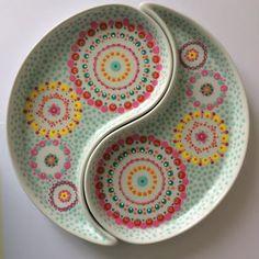 Nieuwe ying-yang schaaltjes gestipt! Al zijn het met randen van nog geen 1,5 centimeter misschien toch meer bordjes? #porcelainart #colorexplosion #dotting #stippen #stipstijl #creatief #creative #creativelife #stip #stipverslaafd #porselein #handmade #hobby #diy #plates #yingyang