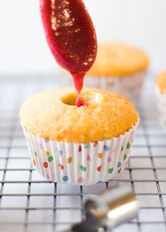 Vandaag weer eens een 'zo-doe-je-dat'je. Niet dat het allemaal zeer wetenschappelijk is, maar het vullen van cupcakes is pas echt leuk als je weet hoe je op een nette manier lekker veel vulling in je cupcake kunt krijgen. Bij vulling bedoel ik niet iets dat je meebakt, maar waar je een cupcake na het bakken...Lees Meer »