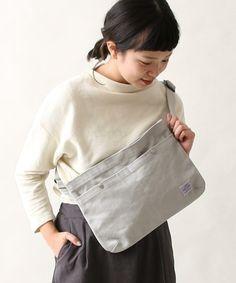 カジュアル派さんたちから今熱い視線を集めている『サコッシュ』についてご紹介しました!旬のアイテム『サコッシュ』をあなたらしく取り入れて、毎日の着こなしをもっと軽やかに楽しんでみませんか? Mothers Bag, Diy Backpack, Sack Bag, Fabric Bags, Cute Bags, Cotton Bag, Leather Bag, Purses And Bags, Textiles