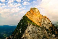 Grosser Mythen Dağı (1'898 m) #Ortaİsviçre   ♥♥♥ The Grosser Mythen (1'898 m) lies in the canton of Schwyz. It is accessible from the Holzegg by a hiking trail which is opened during the summer months only. On top you can spot a a Swiss flag and cottage which is a restaurant.