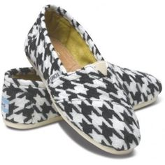 Toms houndstooth flats Gently used.     •no trades•no offsite transactions•no low balls•offers considered through the offer feature only!• TOMS Shoes Flats & Loafers