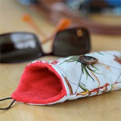 Tutorial to make your own cute, quilted eyeglasses case.