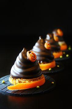 Этот десерт сделан по мотивам десерта Niksya http://www.niksya.ru/?p=26892 Но почему-то мне показалось, что с бисквитом (а не с печеньем) будет вкуснее... Итак: морковный бисквит с орехами, яблочный зефир, покрытый глазурью из горького шоколада. Вот сколько я делаю всяких тортов и пирожных, а этот...