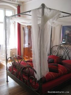 Image #1 of 26 - Guestroom, four-poster bed at day-light - Romantic Getaway with Four-Poster Bed in Berlin