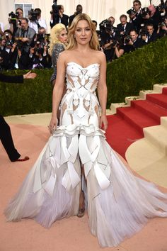 Kate Hudson in Atelier Versace at the Met Gala 2016. Yasss! Slay! This is what I'm talking about! *Add to best dressed for Met Gala*