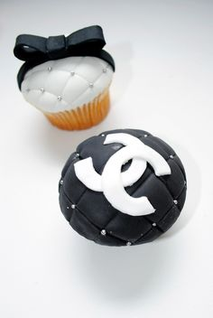 Chanel cupcakes, I think I like these the best! Chanel Cupcakes, Fancy Cupcakes, Cupcakes Design, Fashion Cupcakes, Grown Up Parties, Oh Beautiful, Unique Desserts, Beautiful Cupcakes, Cupcake Cookies