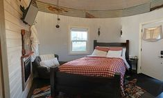 Have you ever considered sleeping overnight in a grain bin? What if it was a luxury grain bin that offered sunset picnics and breakfast in bed? Silo House, Saskatchewan Canada, Lost Girl, Breakfast In Bed, Girl Guides, Cow Hide Rug, Lodges, Places To Go