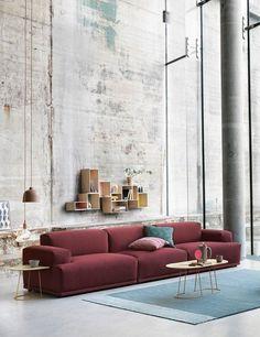 El sofá de Muuto se ve increíble en color vino tinto