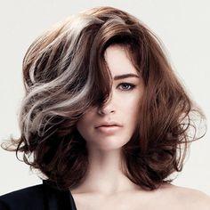 Женская прическа на средние вьющиеся волосы