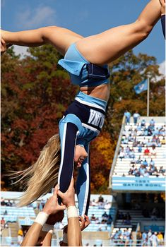 OH WOW! UNC cheer cutie goes inverted, showing off her gorgeous legs and those sweet little bloomers! Carolina Panthers Cheerleaders, Hottest Nfl Cheerleaders, Football Cheerleaders, Senior Cheerleader, College Cheerleading, Cute Cheer Pictures, Cheer Poses, Professional Cheerleaders, Cheer Stunts