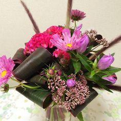 9月のアレンジ  スパイラル・ブーケ 〈使った花材〉レッドフォックス:4本 /コスモス(ローズボンボン):3本/ ケイトウ(クルメピンク):3本/フジバカマ:2本/りんどう(ラブリーアシロ):1本/ 赤ドラセナ:2本 Flower Arrangements, Floral Wreath, Gift Wrapping, Wreaths, Book, Flowers, Gifts, Decor, Gift Wrapping Paper