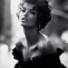 SATURDAY SIREN! ⚡️⚡️⚡️ The DIVINE @lindaevangelista is the epitome of ICONIC 90's GLAMOUR shot by the LEGENDARY #StevenMeisel in @vogueitalia June 1990 ❤️❤️❤️ #Inspiration #obsessed #supermodel