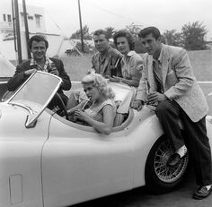 They were so cool and they knew it > Actress Jayne Mansfield actor Lance Fuller actor John Smith actress Natalie Wood and actor Bob Fuller pose at a drivein restaurant in Los AngelesCA Hollywood Star, Vintage Hollywood, Hollywood Life, Peter Brown Actor, Janes Mansfield, Robert Fuller, Celebrity Cars, Jaguar Xk120, Actor John
