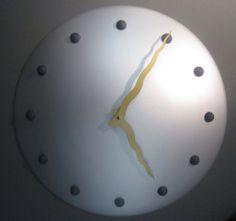 Mooie Karlsson wandklok Diameter 40 cm. Kleur zilver met blauwe bolletjes en gouden wijzers Prijs € 119,-