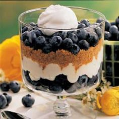 Blueberry Graham Dessert - Ricotta and cream cheeses give every but the flavor of cheesecake but without the fuss. Instead of making individual servings, you could layer the ingredients in a glass serving bowl. Blueberry Desserts, Köstliche Desserts, Health Desserts, Delicious Desserts, Dessert Recipes, Yummy Food, Blueberry Trifle, Dessert Healthy, Graham Cracker Dessert