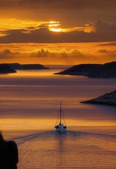 Golden Sunset reflecting into a canal with a boat sailing through it, in Santorini, Greece. Santorini Sunset, Santorini Greece, Santorini Island, Santorini Travel, Ikaria Greece, Greece Travel, Mykonos, Beautiful World, Beautiful Places