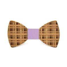 Pajarita de madera grabada a cuadros. Un toque casual.  INFORMACIÓN ADICIONAL Pajarita hecha en madera de xxx. 115mm x 60mm. Fashion, Bow Ties, Wood, Accessories, Moda, Fashion Styles, Fashion Illustrations