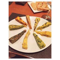 En el restaurante Les Truites ofrecen una cocina de autor, con un nuevo concepto de elaboración de tortillas . Amplia carta con muchas variedades desde las más clásicas hasta lo más innovador como las tortillas de calçots, croissant o caviar. Además, para los amantes del dulce tambien hay tortillas de cerezas, chocolate con  o de  y canela. Nosotras no sabemos cuál nos gusta más...¿nos ayudáis a decidir? #foodyingbcn #slowfood #lestruites #omelette #tortilla  #barcelona #foodfusion