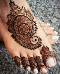 Check collection of 41 Mehndi Designs For Eid to Try This Year. Eid ul fitar 2020 includes mehndi designing, girls decorate their hands with mehndi designs. Peacock Mehndi Designs, Finger Henna Designs, Legs Mehndi Design, Arabic Henna Designs, Mehndi Designs 2018, Mehndi Designs For Girls, Dulhan Mehndi Designs, Wedding Mehndi Designs, Mehndi Designs For Fingers