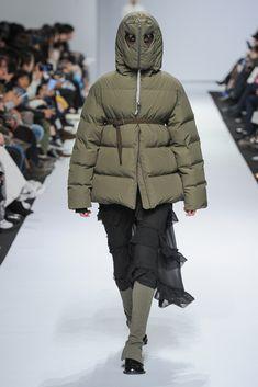 See all the Collection photos from Kiok Autumn/Winter 2018 Ready-To-Wear now on British Vogue Fashion Fail, Weird Fashion, Trendy Fashion, Nylons, Ski Bunnies, Fashion Details, Fashion Design, Seoul Fashion, Down Coat