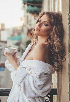 Sexy Coffee, Coffee Girl, I Love Coffee, Good Morning Coffee, Coffee Break, Pause Café, Brunette Beauty, Coffee Cafe, Sensual